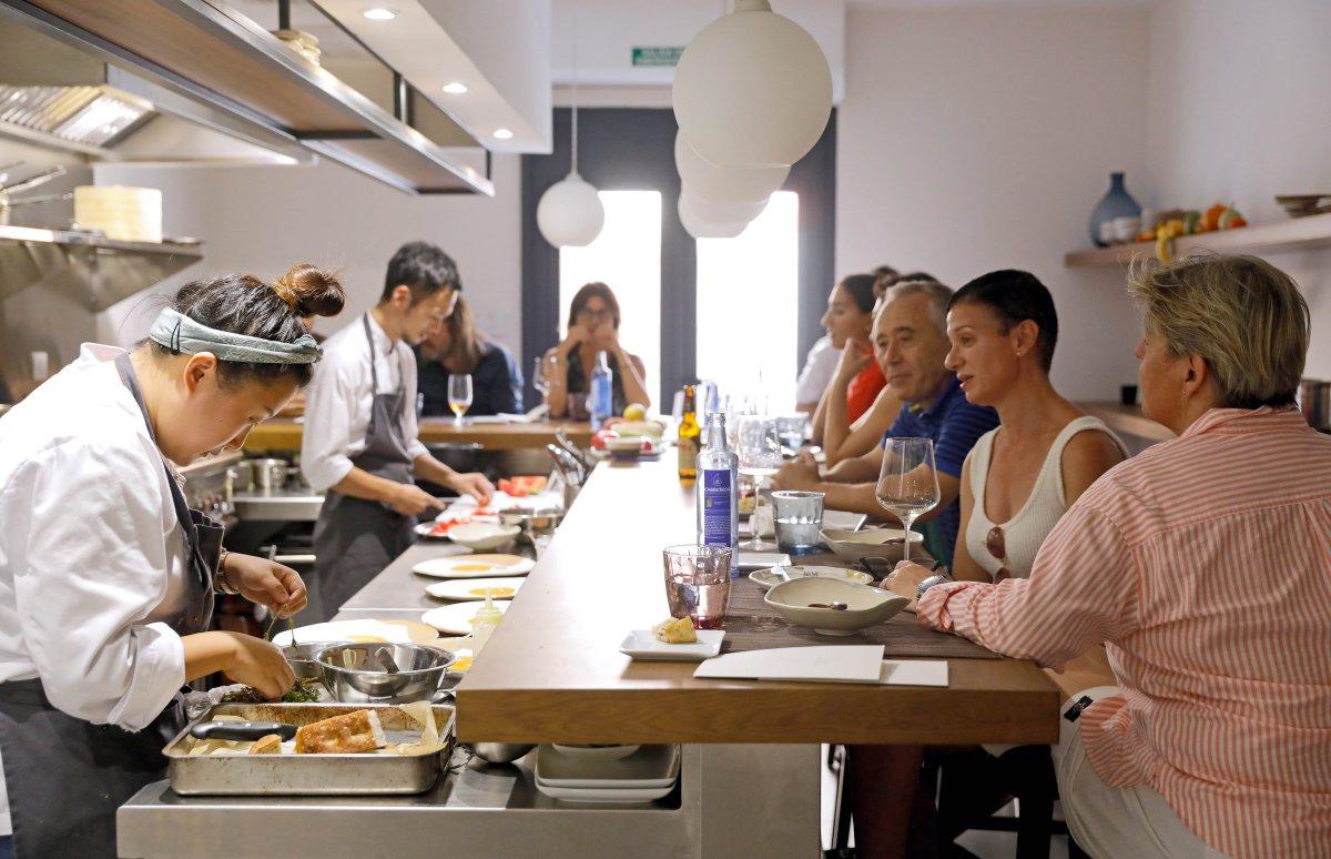 Restaurante Toshi (Valencia): cocina abierta con clientes