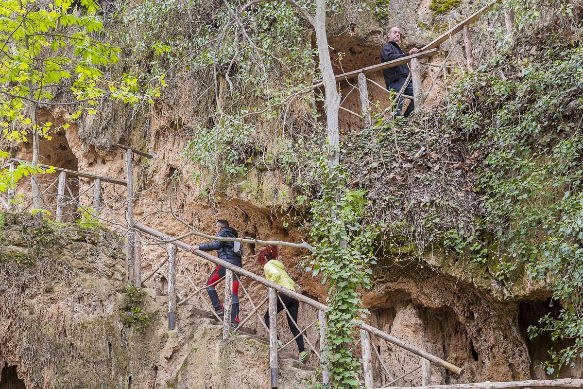 Las grutas del camino salvan los diferentes desniveles que hay entre las cascadas.