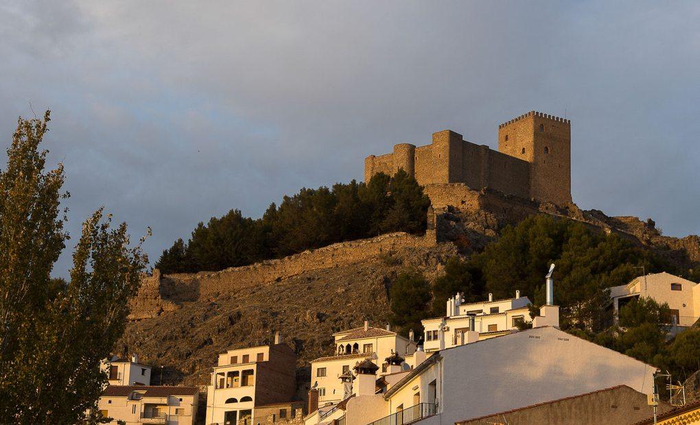 A los pies del castillo se levanta Segura de la Sierra.