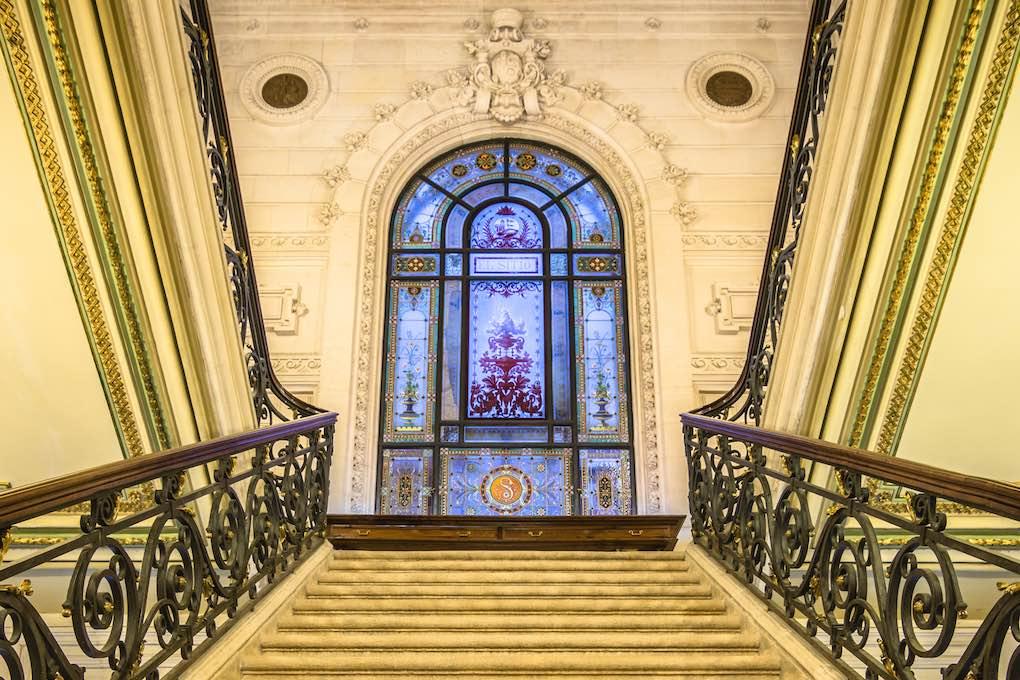 La gran escalera central en piedra de Angulema caracteriza esta 'biblioteca-joya'. Foto Jon Chica. Shutterstock.
