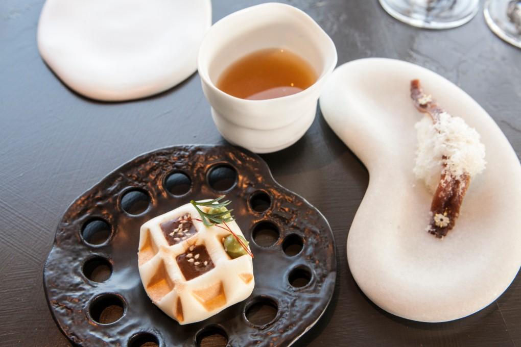 Gofre poblano, consomé lebaniego y nigiri tibio de anchoa y grasa de macadamia, aperitivos que son la esencia de Annua.