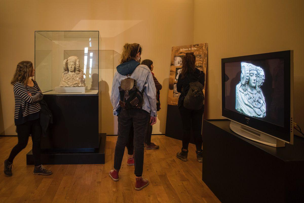 Un grupo de chicas visita el espacio dedicado a la Dama de Elche del Museo Arqueológico y de Historia de Elche, en Alicante.