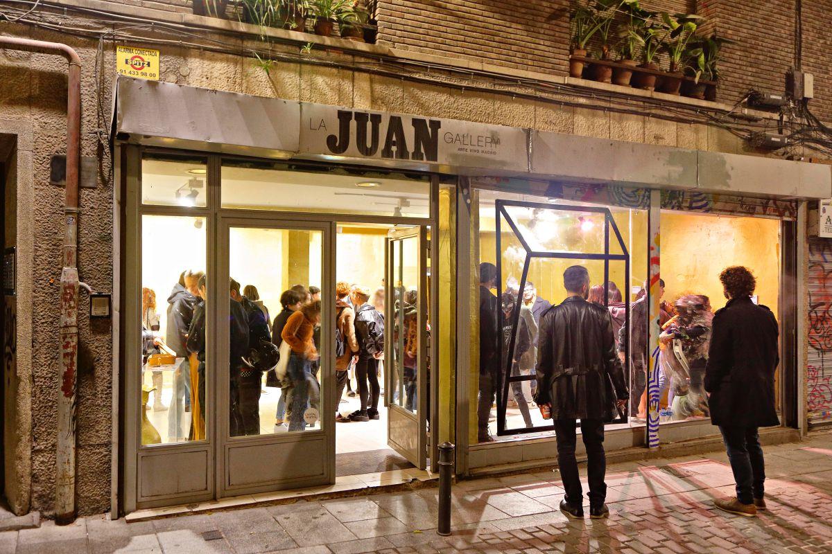 El escaparate de 'La Juan' siempre motiva al que pasa por aquí.