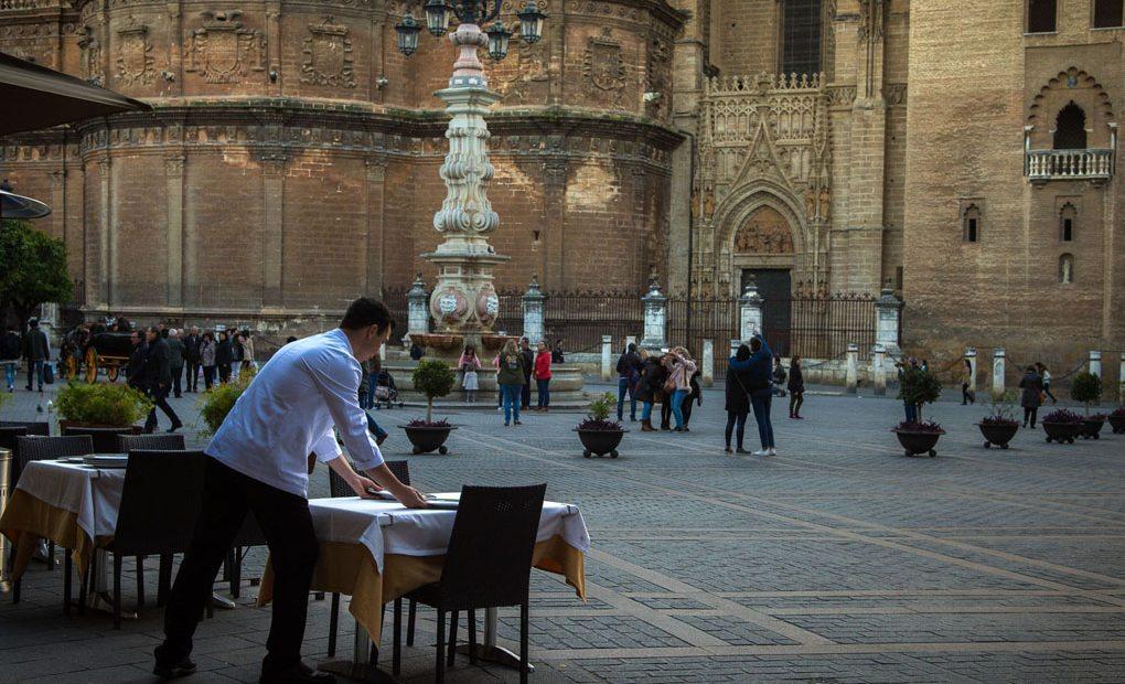 La taberna el Giraldillo cuenta con una excelente ubicación, en la Plaza del Triunfo.