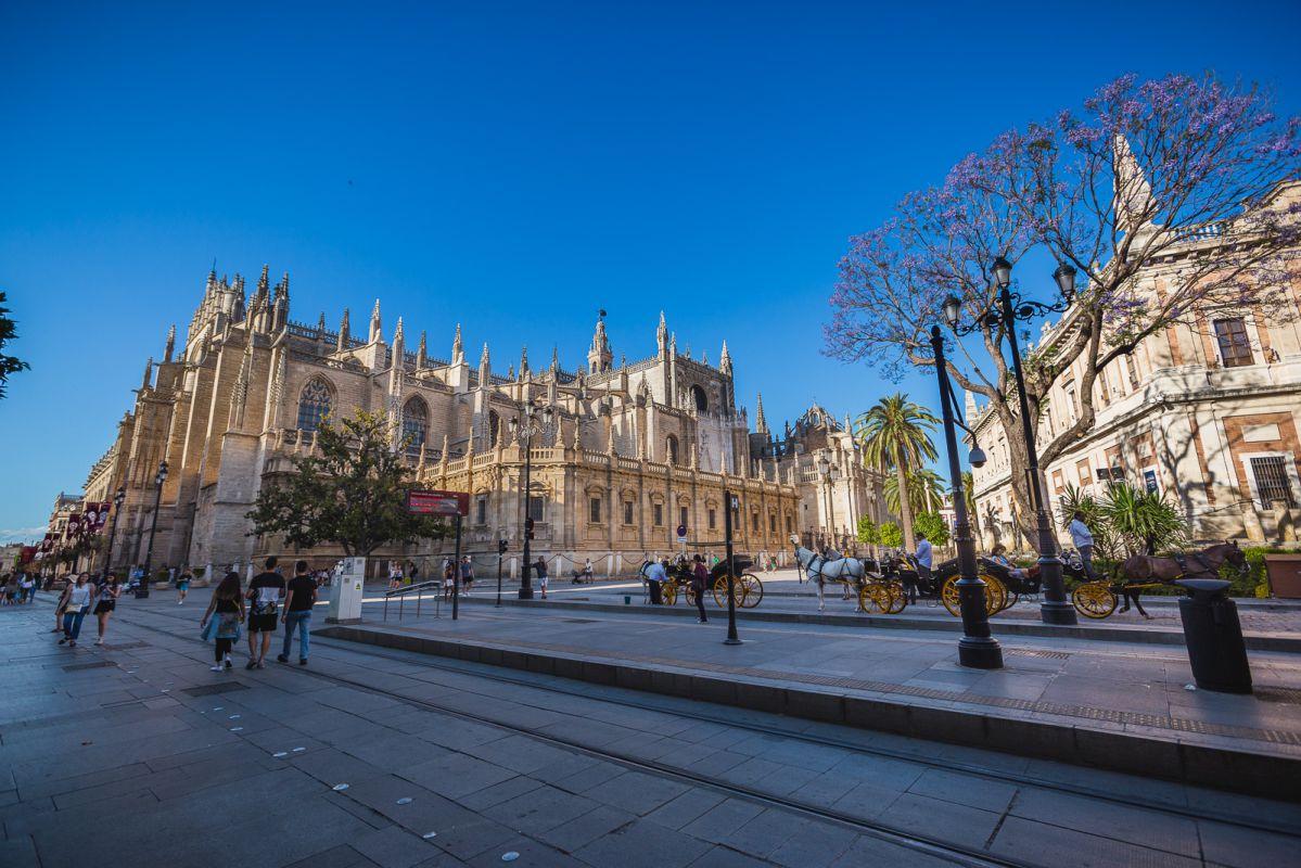 Vista exterior de la catedral de Sevilla.