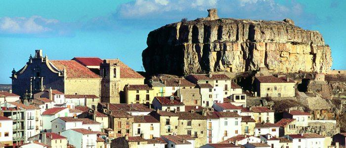 Ares del Maestre, al pie de la roca con los restos de su antiguo castillo.
