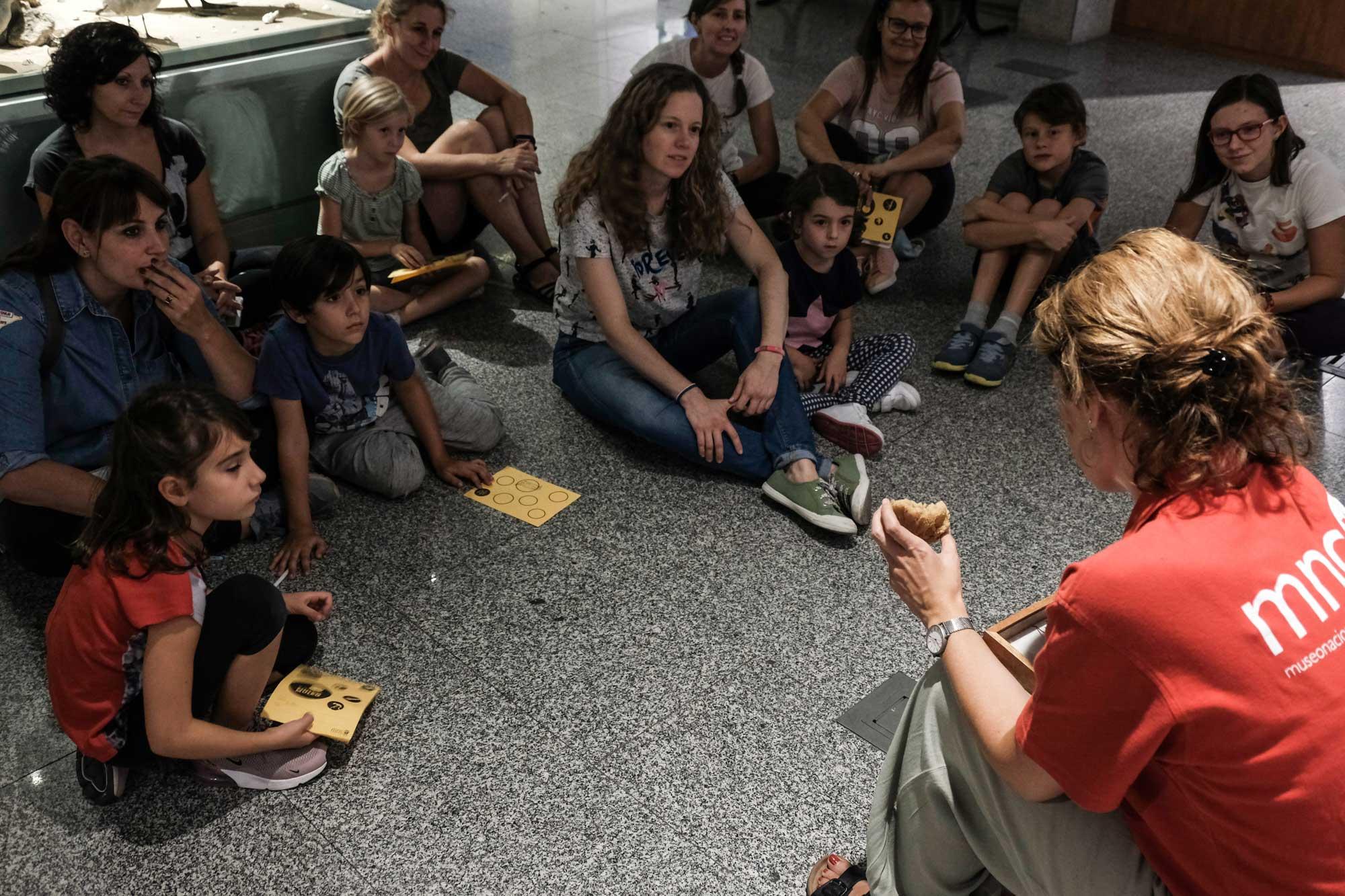 Durante la noche, una de las educadoras explica los secretos del dragón de komodo.