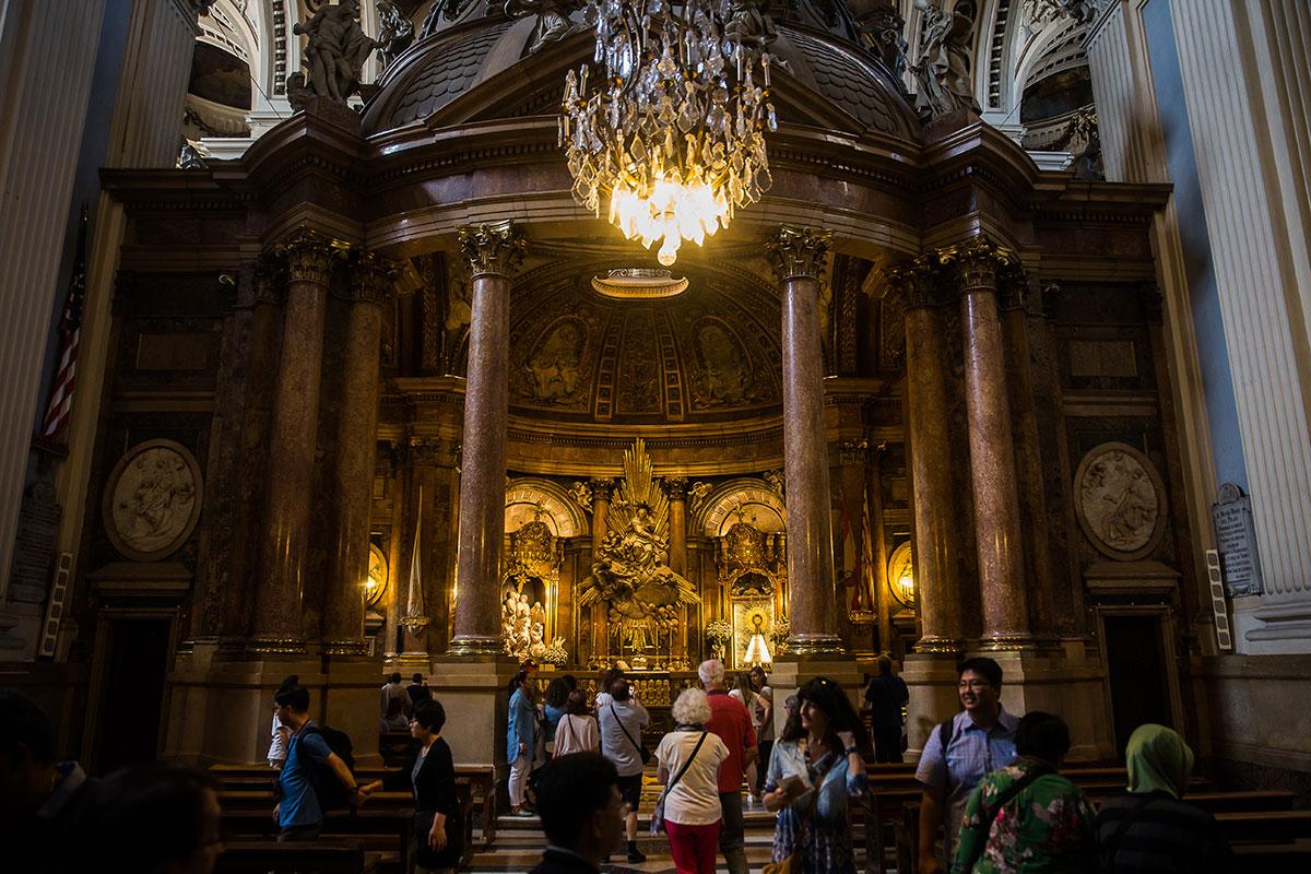 Turistas y locales visitan el altar en el que se encuentra la 'Pilarica'.