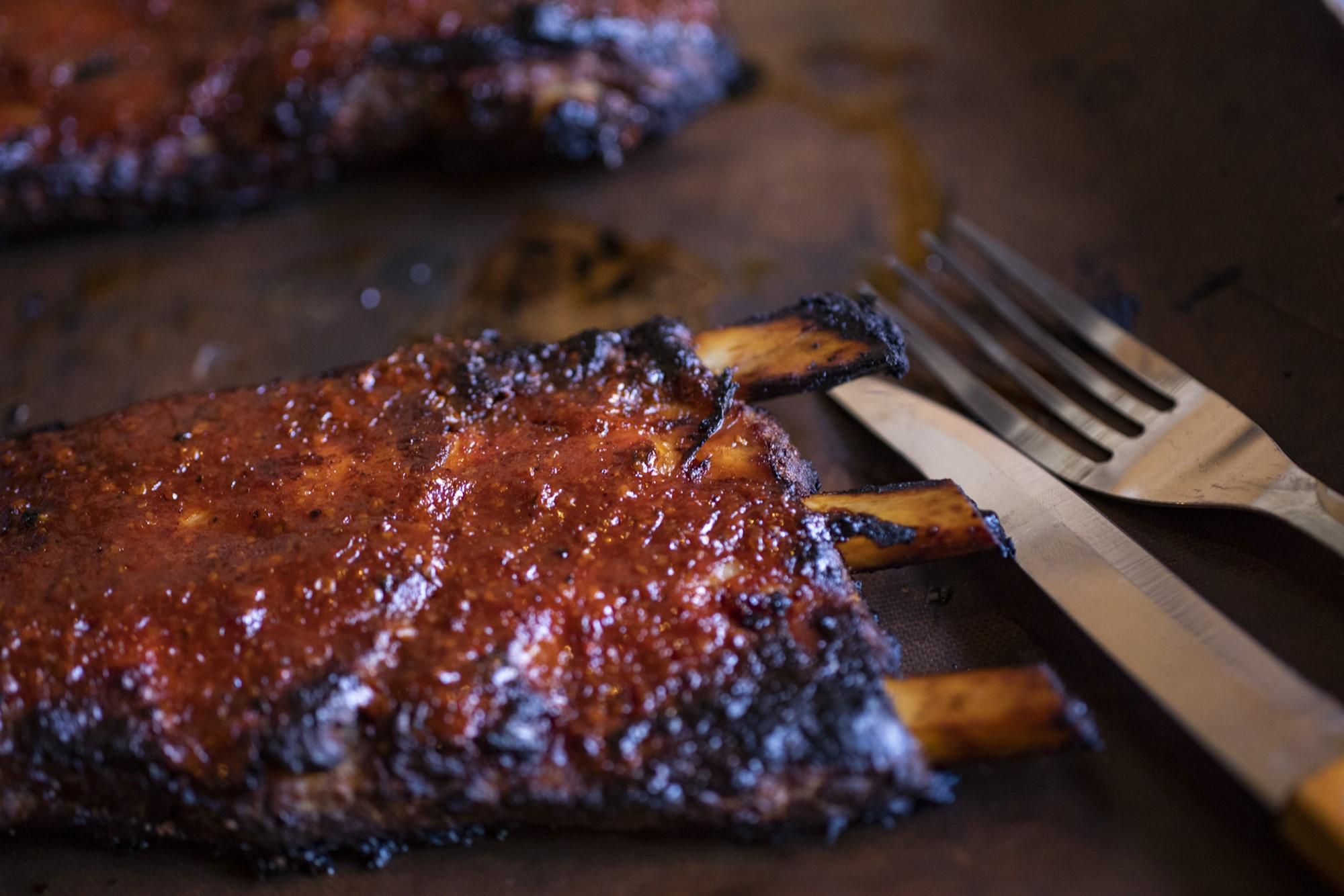 Costillas de cerdo glaseadas con salsa BBQ al estilo americano.