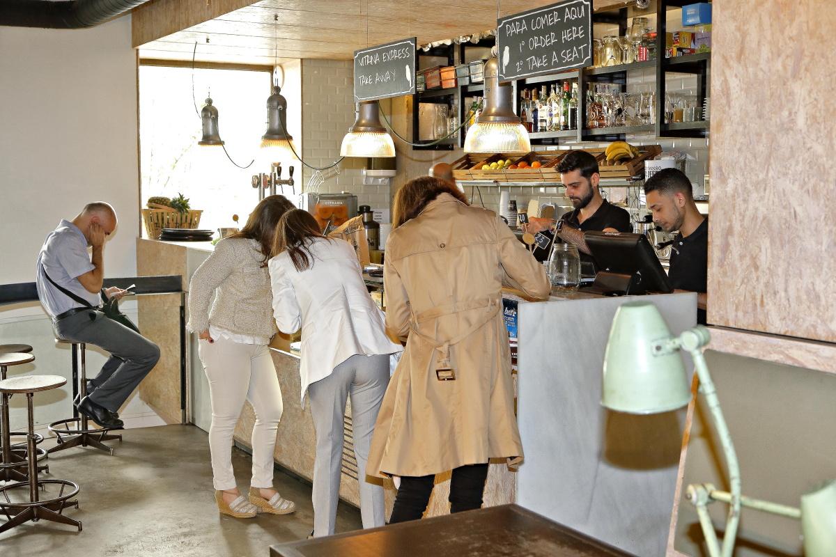 La clientes pidiendo en la barra de uno de los locales de 'Magasand', en Madrid.