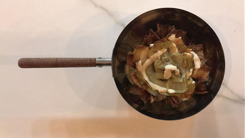 Alcachofas con huevo frito y jamón. Foto: Nómada.