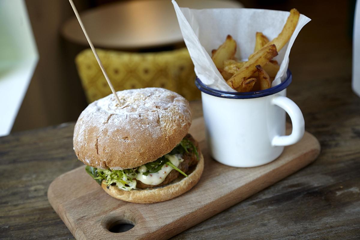 La burger de pollo con patatas de La Brochette. Foto: La Brochette.