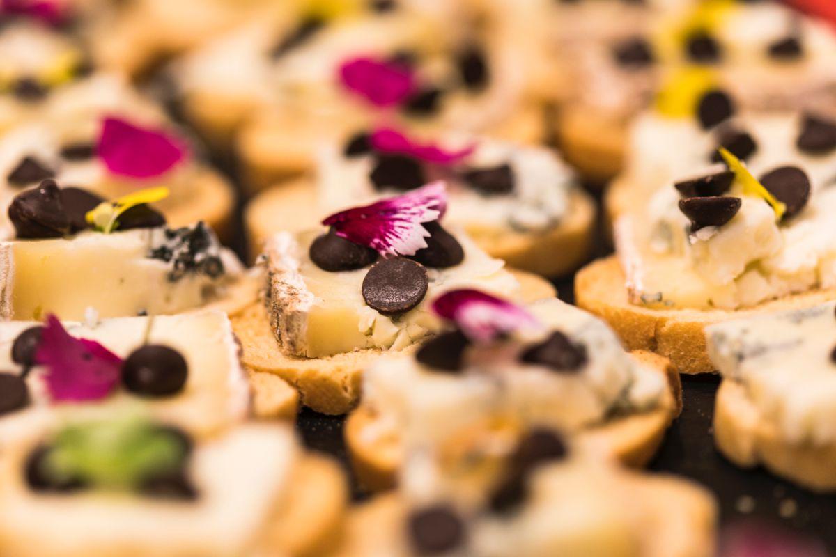 Tapa de queso Aullido Azul de Siete Lobas, de León, con perlas de chocolate y flores.
