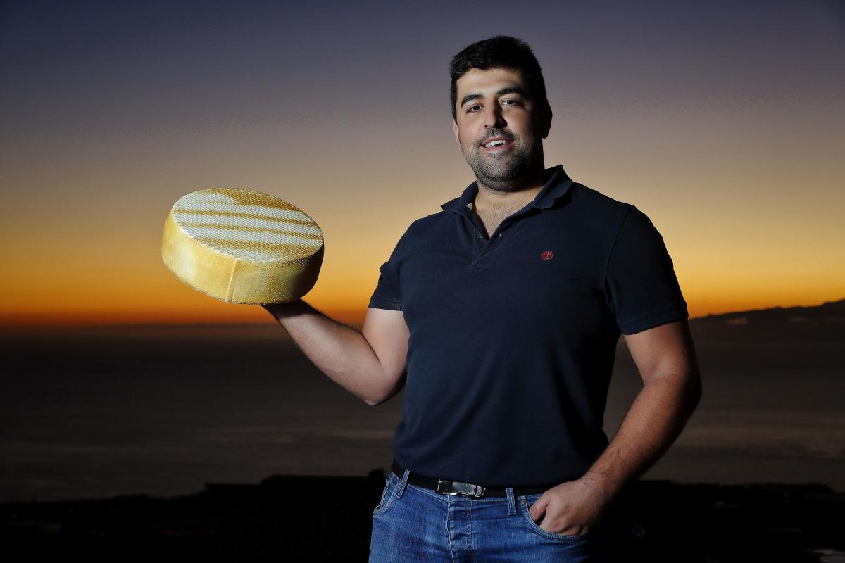 Alberto Montesdeoca con una gran pieza de su premiado queso ahumado.