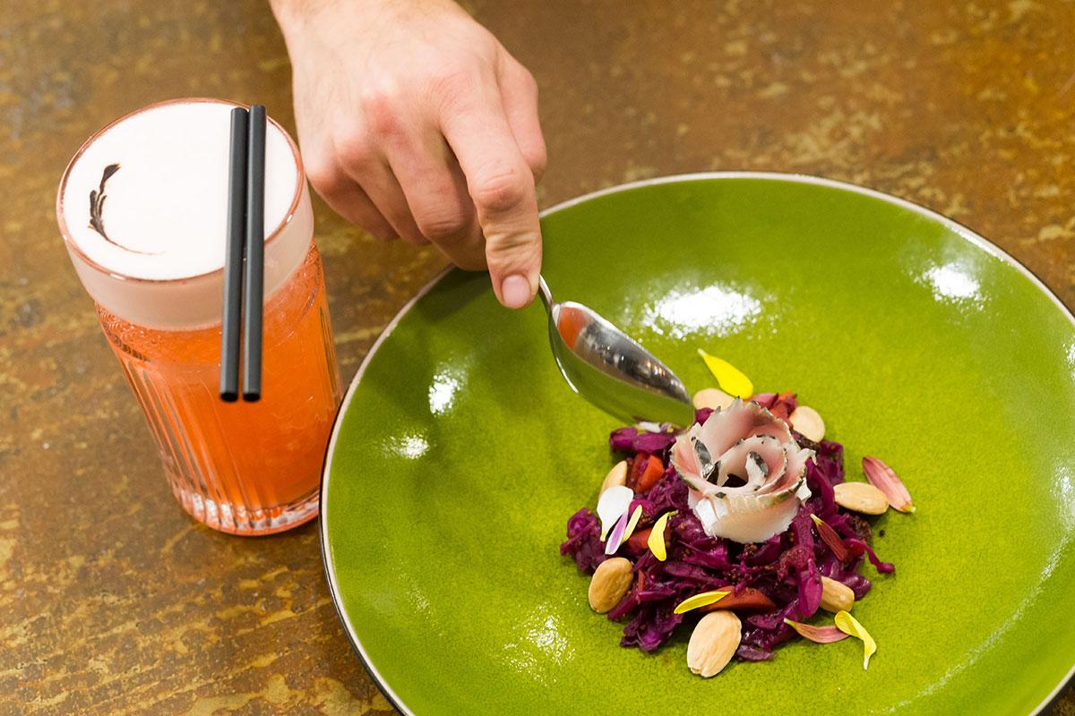 La ensalada de col de lombarda con 'usuzukuri' de caballa.