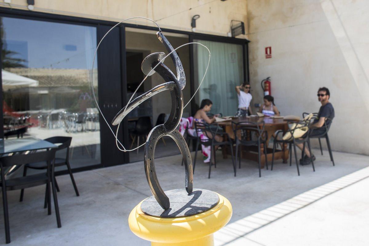 Las esculturas de Ripollés y Pepe Fuster dan un toque cultural a la terraza.