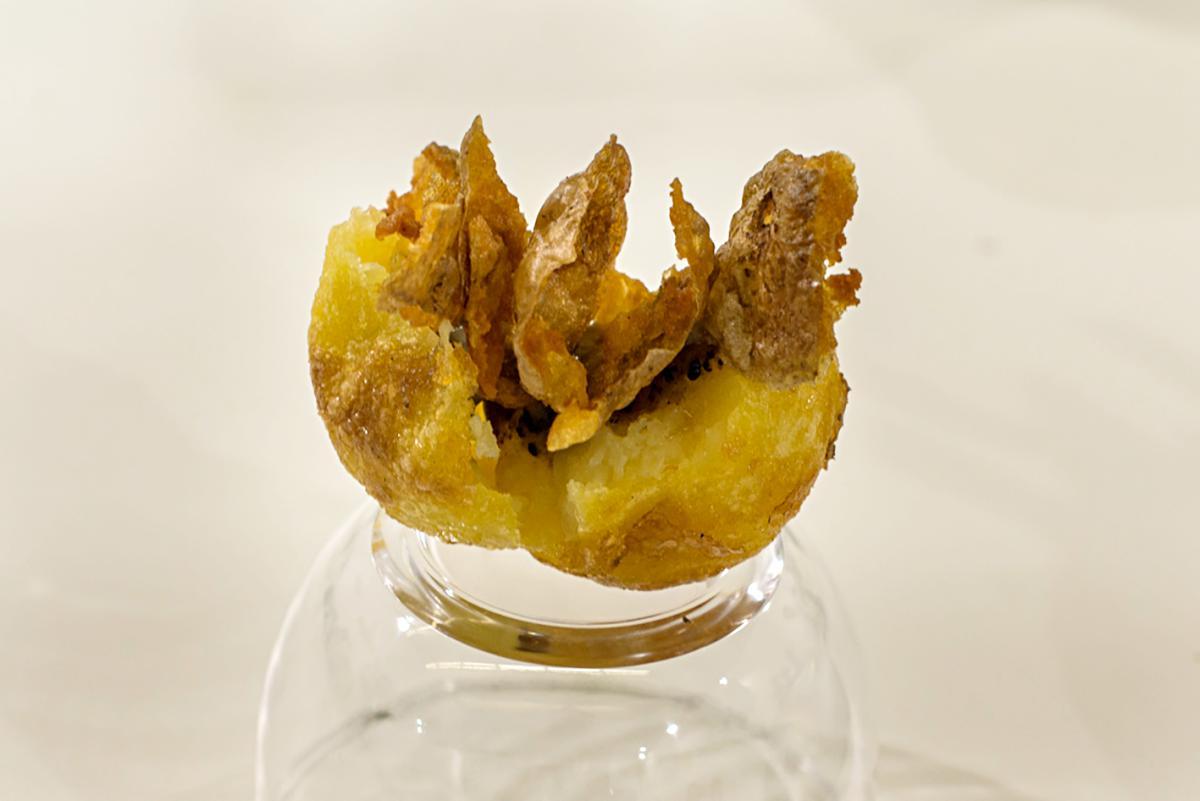Patata rellena de mahonesa de trufa y crujiente de la propia piel de la patata.