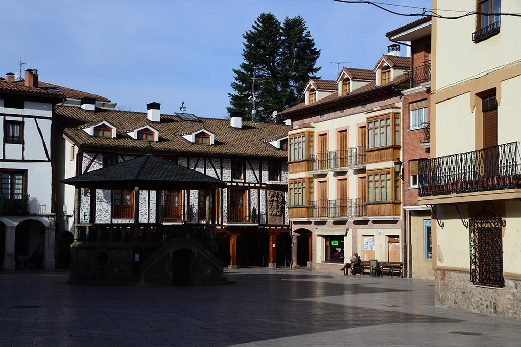 Plaza de Ezcaray, en La Rioja. Fotos: Alfredo Merino y Marga Estebaranz.
