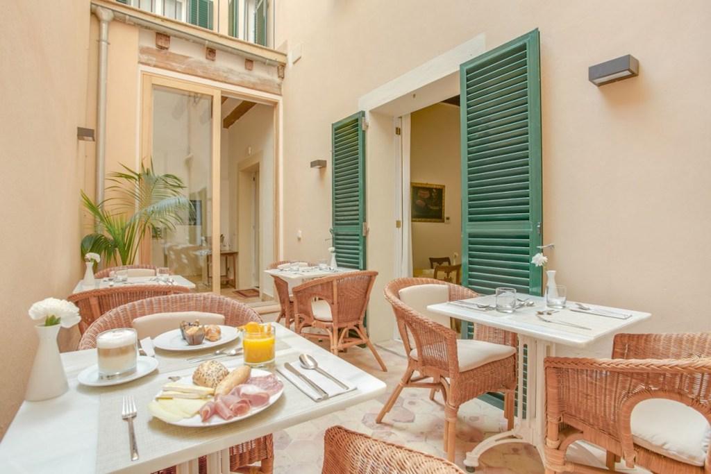 Patio interior con mesas donde degustar un buen desayuno