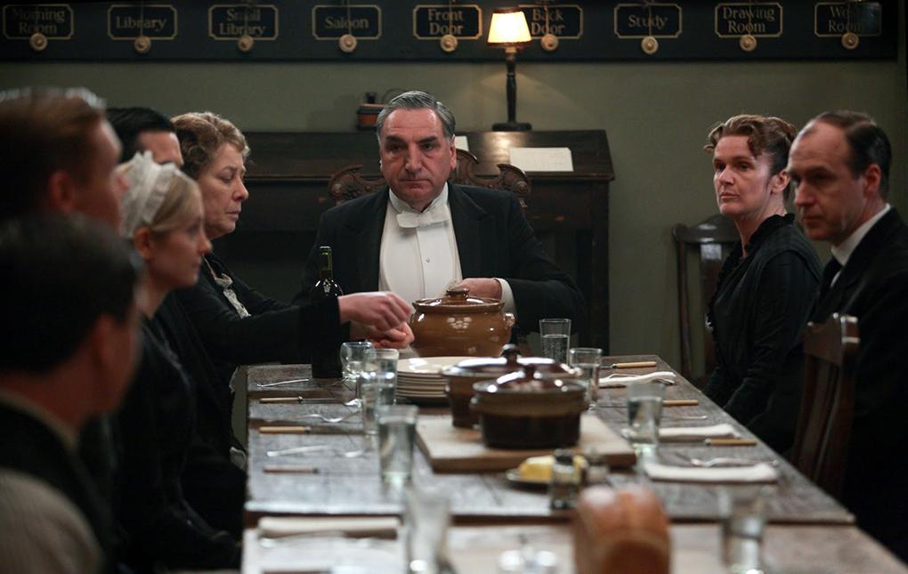 El señor Carson preside la reunión-almuerzo de 'Downton Abbey', donde transmite las claves del día. Otro referente.