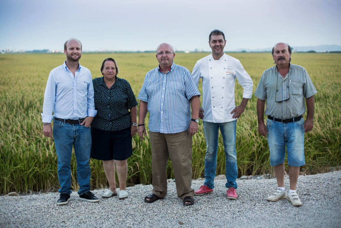 Juan Valero junto a su familia de tradición arrocera y el chef Jorge de Andrés.