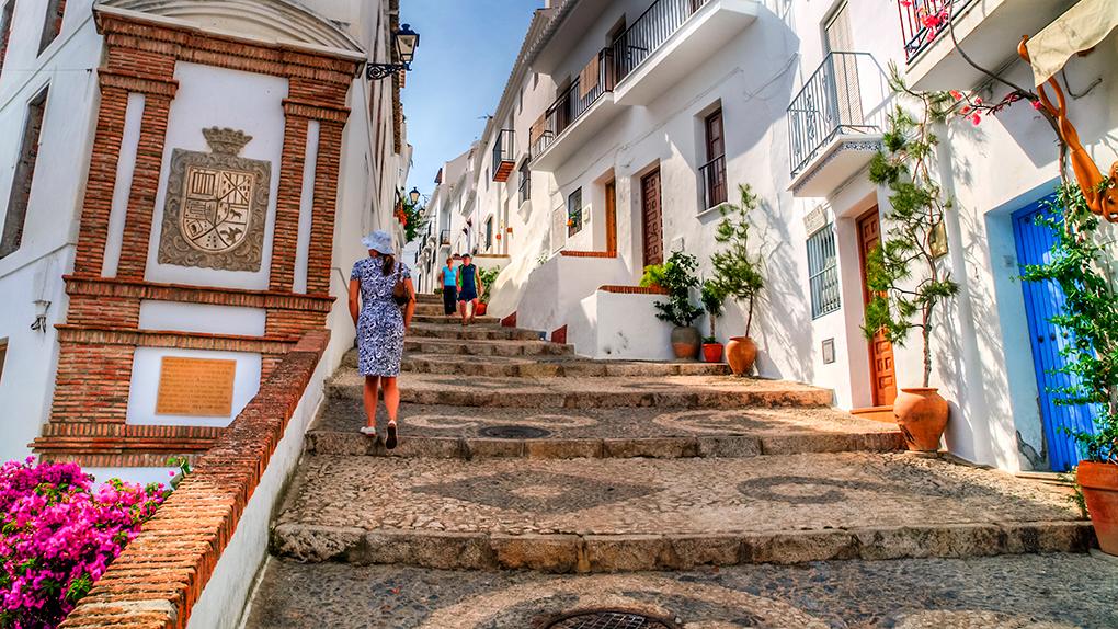 En las calles de Frigilia, uno de los pueblos malagueños más bellos. Foto: Shutterstock.