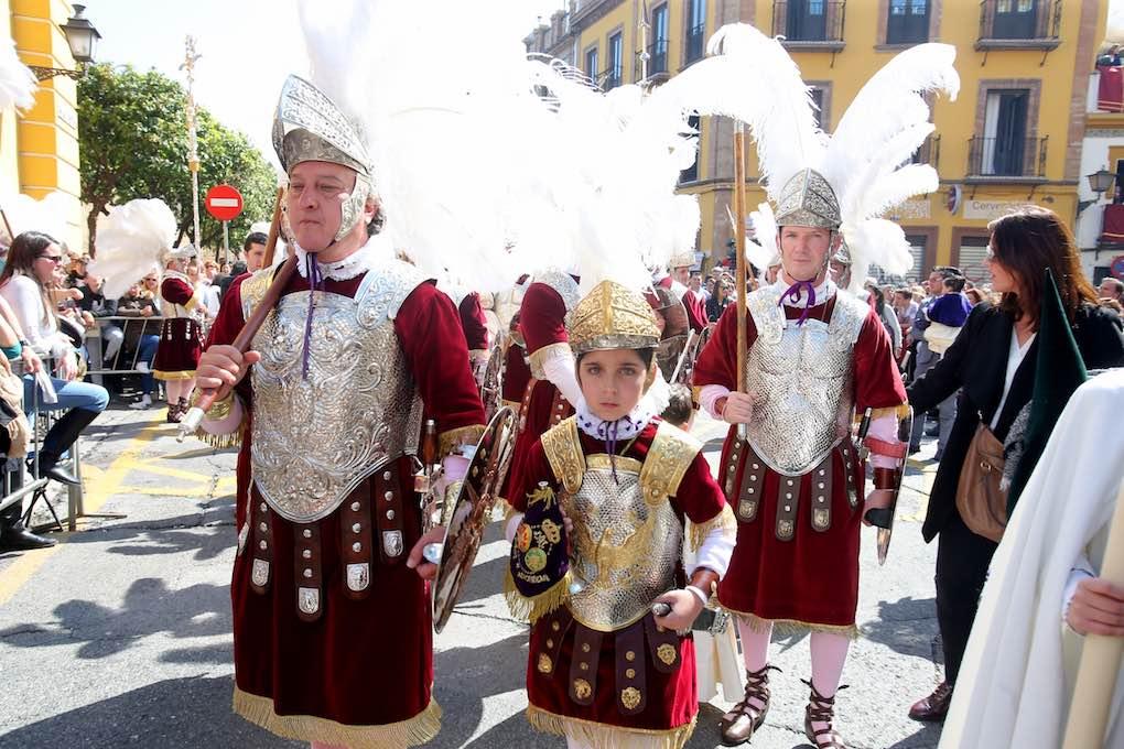 La tradición de los 'Armaos' de la Centuria Macarena es una pasión que pasa de padres a hijos. Foto: Ayuntamiento de Sevilla