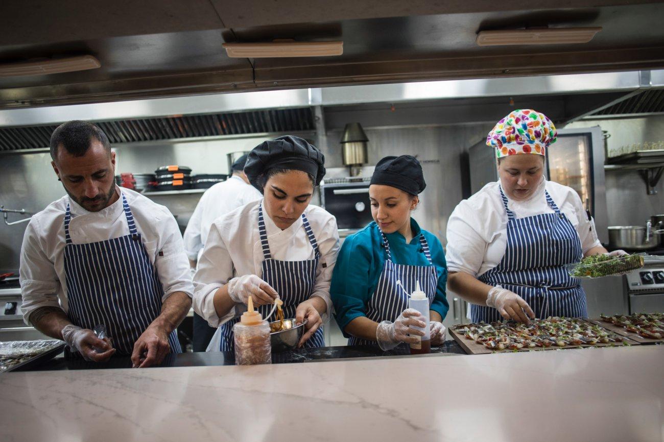 Azotea 'Àtic Alameda': cocina trabajando