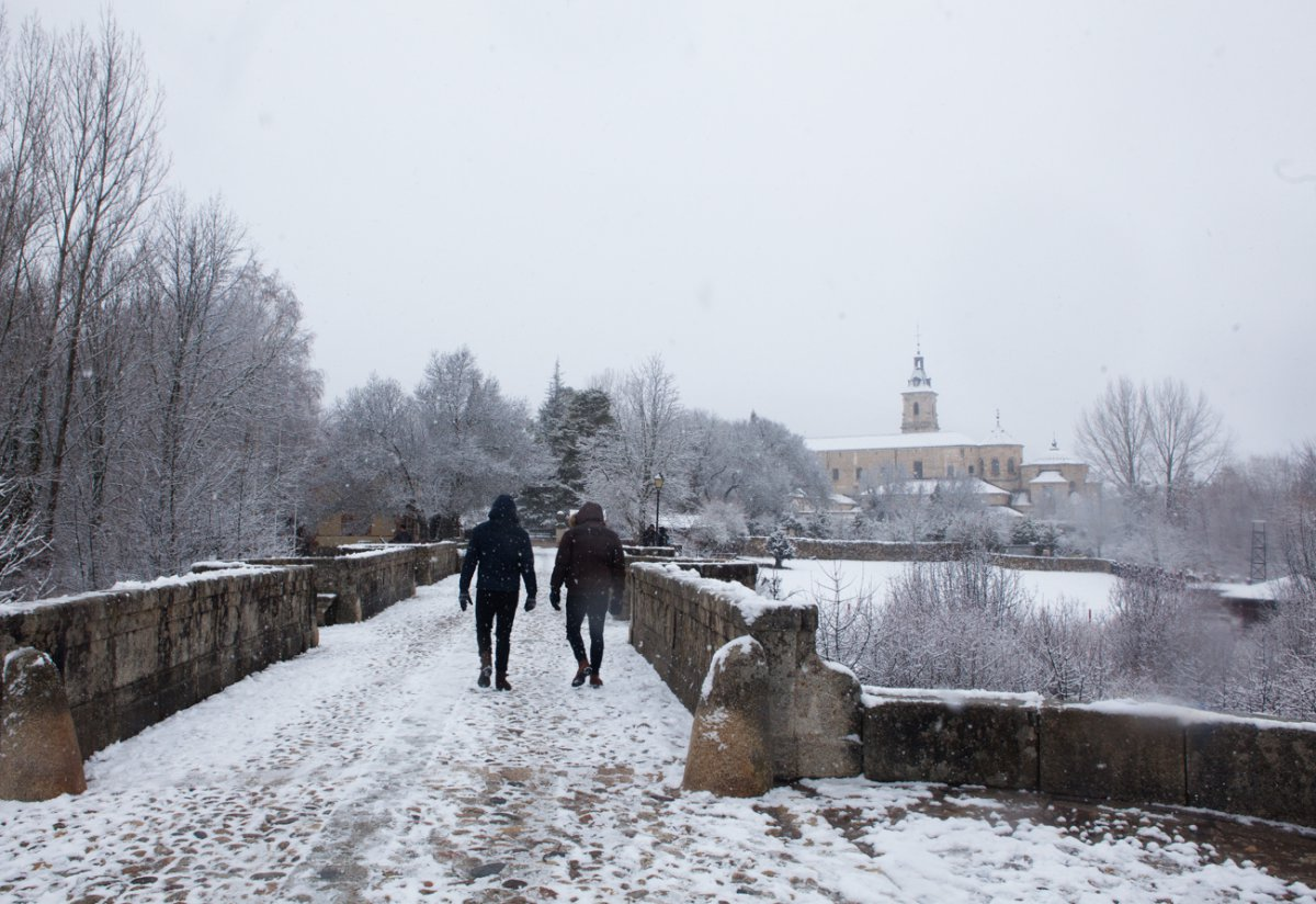 A estos turistas, los 'quiñoneros' les concedieron el perdón y pudieron cruzar el puente.