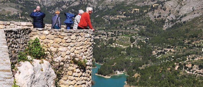 Vista de las montañas y el embalse de El Castell de Guadalest.