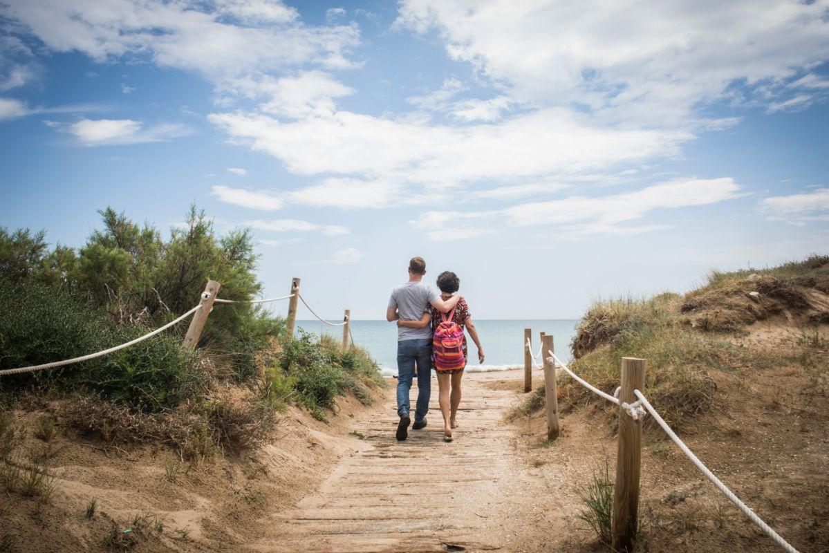 Un pareja pasea por la playa de Pinedo, en El Saler (Parque Natural de la Albufera, Valencia).