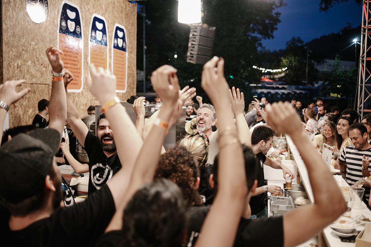 Música y baile en la barra del Show Rocking. ¡La fiesta debe continuar!