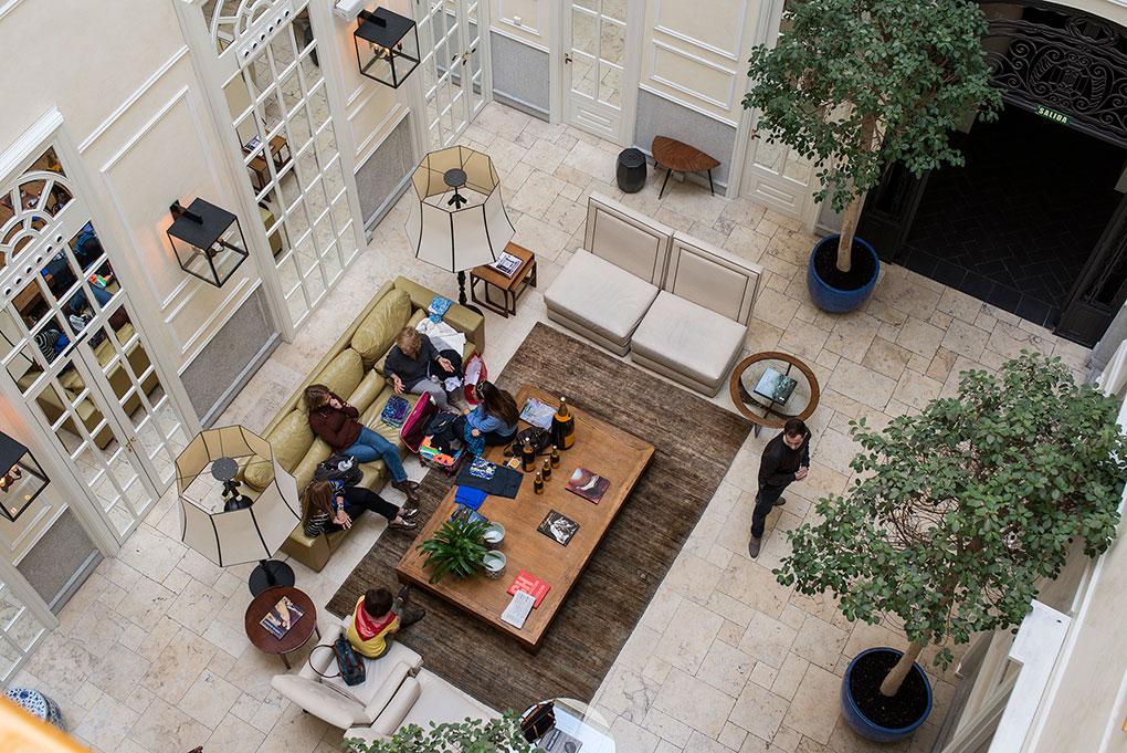 Uno de los patios del palacete aprovechado como salón
