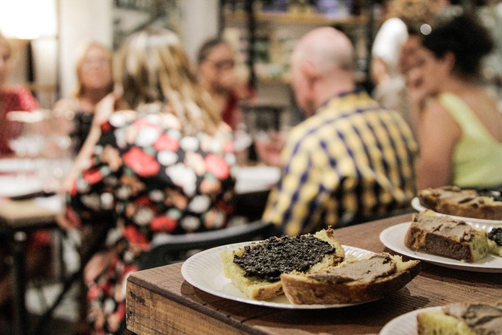 Tostas de paté de perdiz roja y de aceituna negra, el aperitivo.