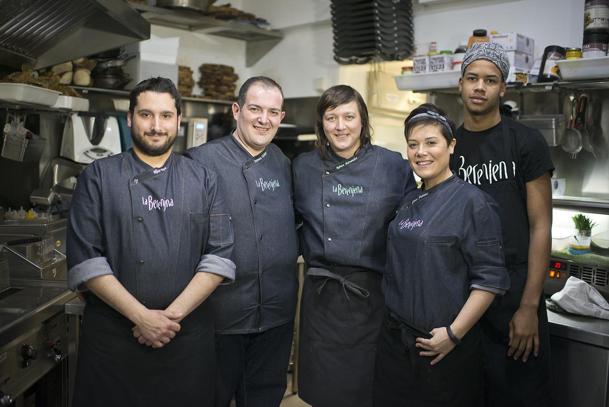 El equipo de cocina de 'La Berenjena' al completo. Rebeca, en el centro. Foto: Sofía Moro