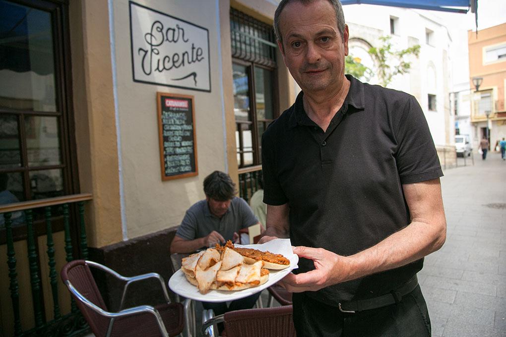 Los molletes de 'pringá' con chicharrones, uno de los desayunos más solicitados en este bar. Foto: Juan Carlos Toro.