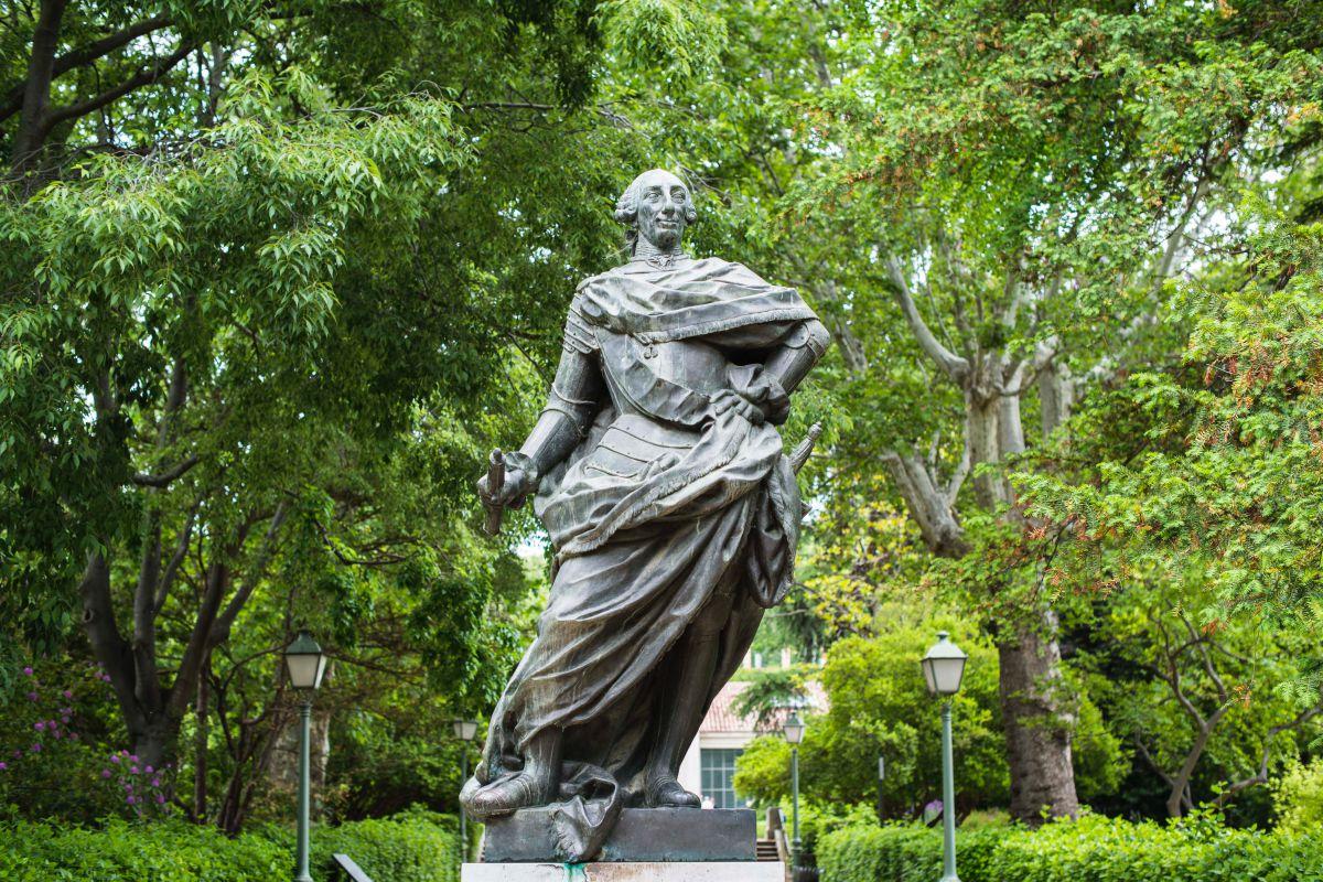 Estatua de Carlos III en el centro del paseo del mismo nombre, en el Real Jardín Botánico de Madrid.