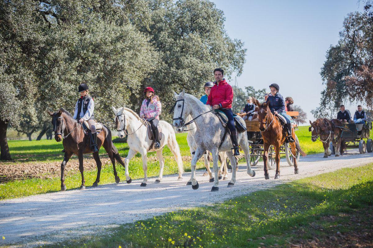 Diego Martínez capitanea el grupo de caballos y niños de la ruta.