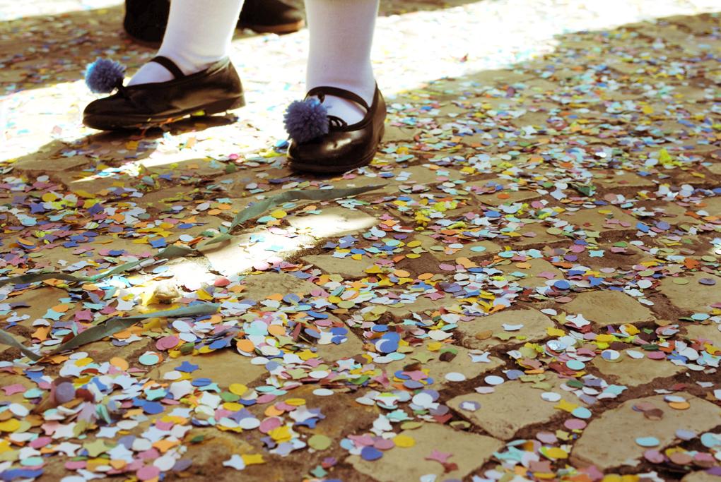 El suelo aparece cubierto de confeti después del pasacalles. Foto: Nuria Camerino.
