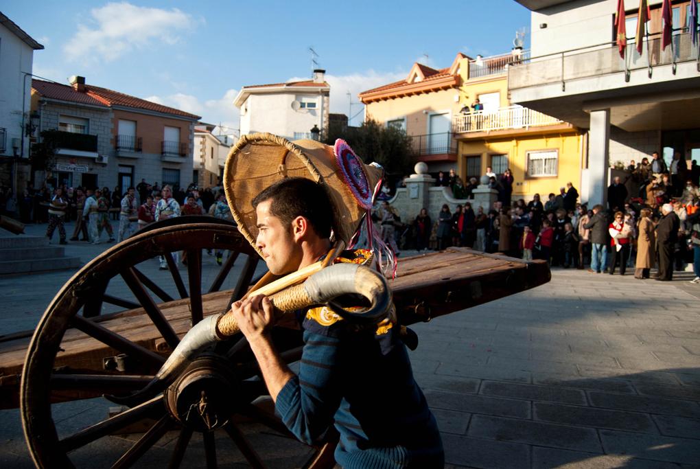 Un joven que porta sobre los hombros a la Vaquilla, representada por un armazón de madera. Foto: Ana Aldea.