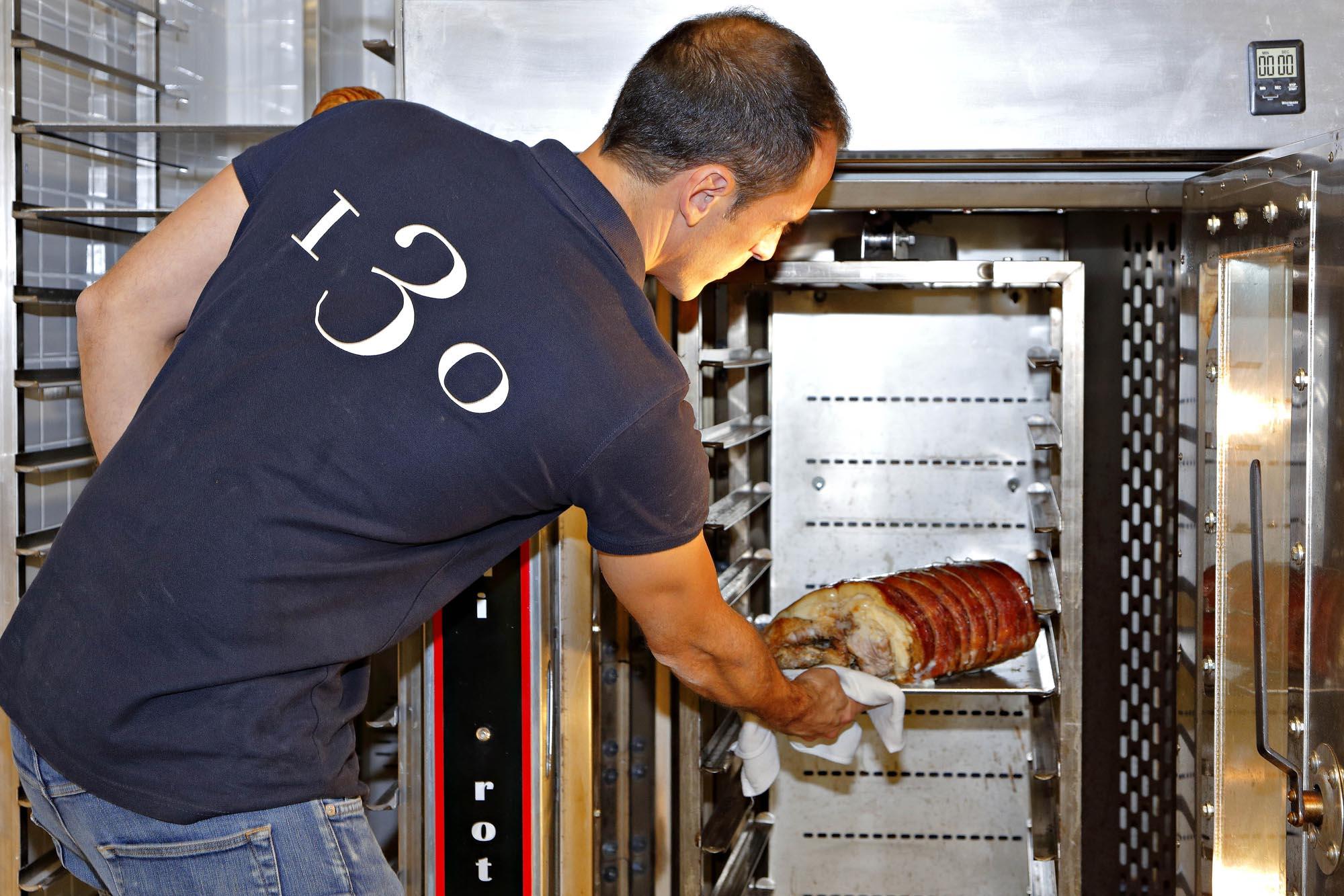 Asan la carne a fuego lento unas cinco o seis horas.