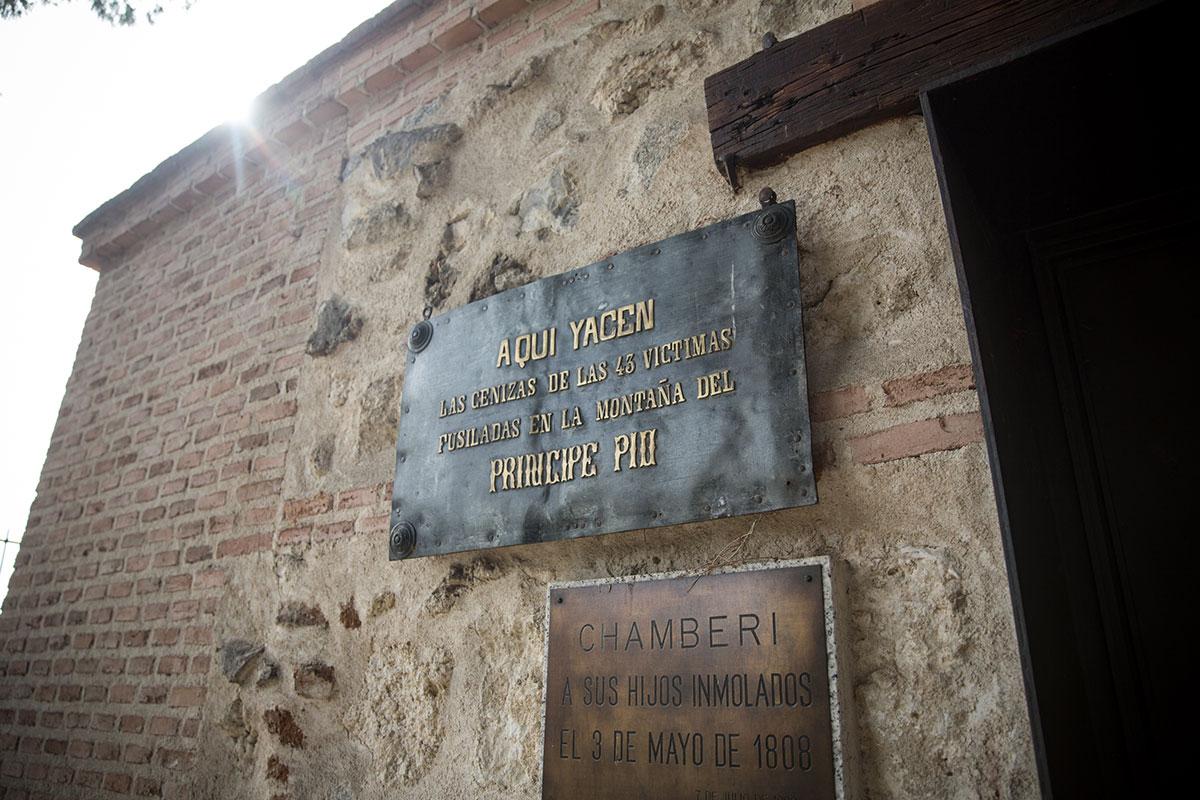 Vista de las placas conmemorativas del cementerio de La Florida, en Madrid.