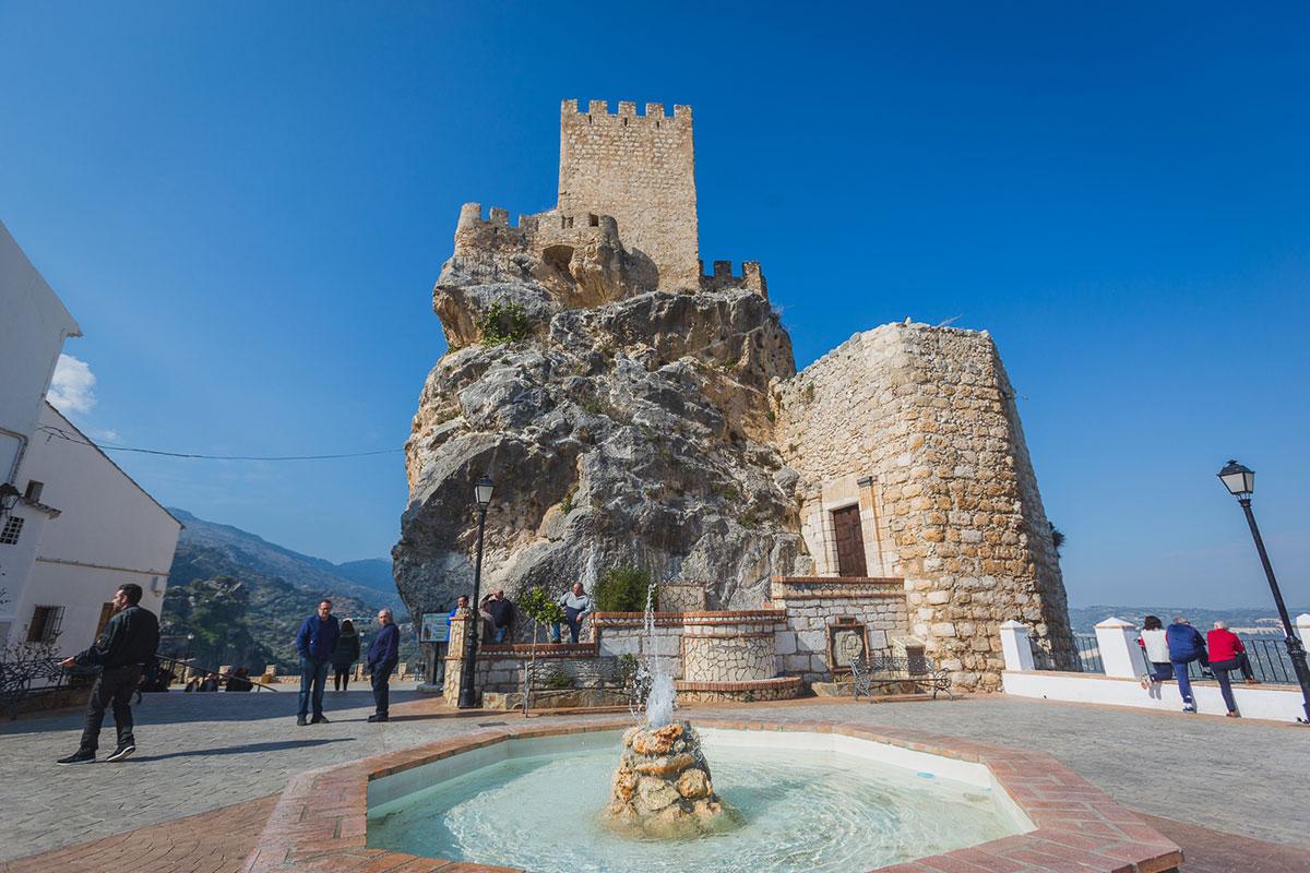 El castillo, que aprovecha una formación rocosa, es de origen árabe.