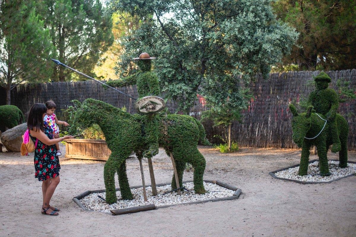 Don Quijote y Sancho Panza son las figuras que reciben al visitante.
