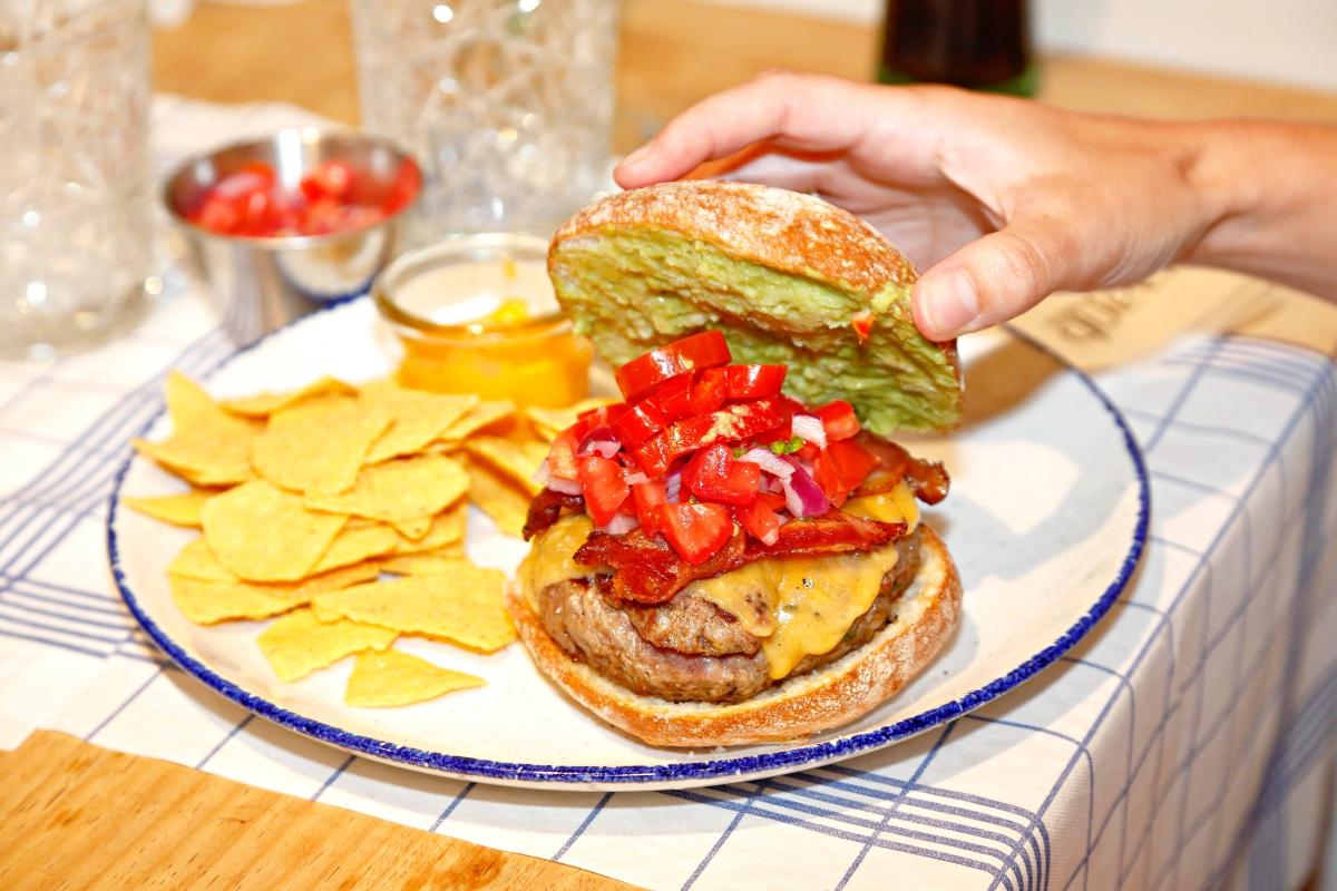 La hamburguesa 'Mexicana' con sus nachos de acompañamiento.
