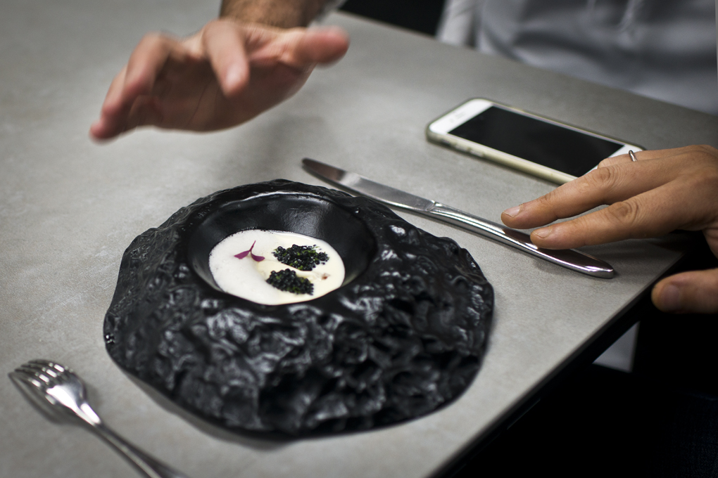 Caviar y rutabaga, con dados de consomé de jarrete y limón. Te está esperando.