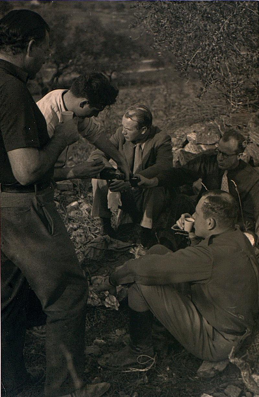 Robert Capa sirviendo un cava a Hemingway, Sheean, Matthews y Hans Kuhle. Foto cedida por Ramón Buckley.