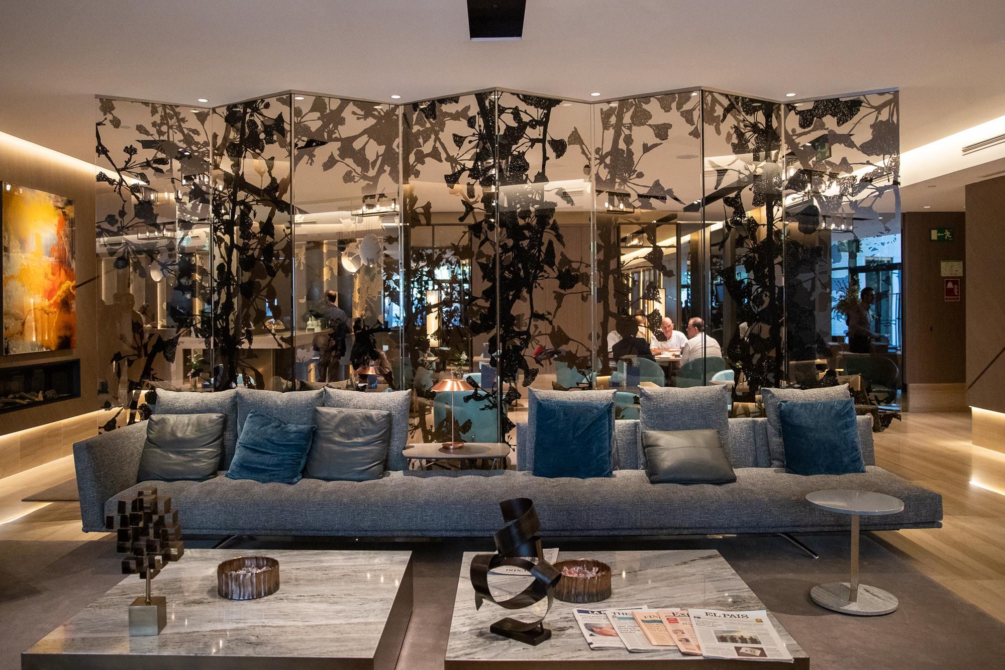 Las piezas de cristal de Jan Hendrix son el aperitivo perfecto antes de todo el arte que espera en el interior del hotel.