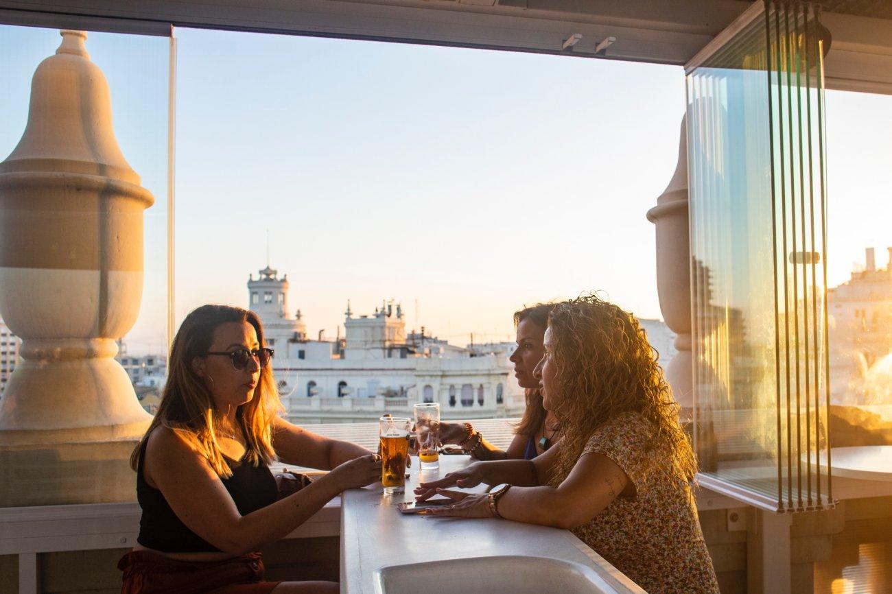 Azotea 'El Mirador del Ateneo': clientas tomando algo en el atardecer (2)