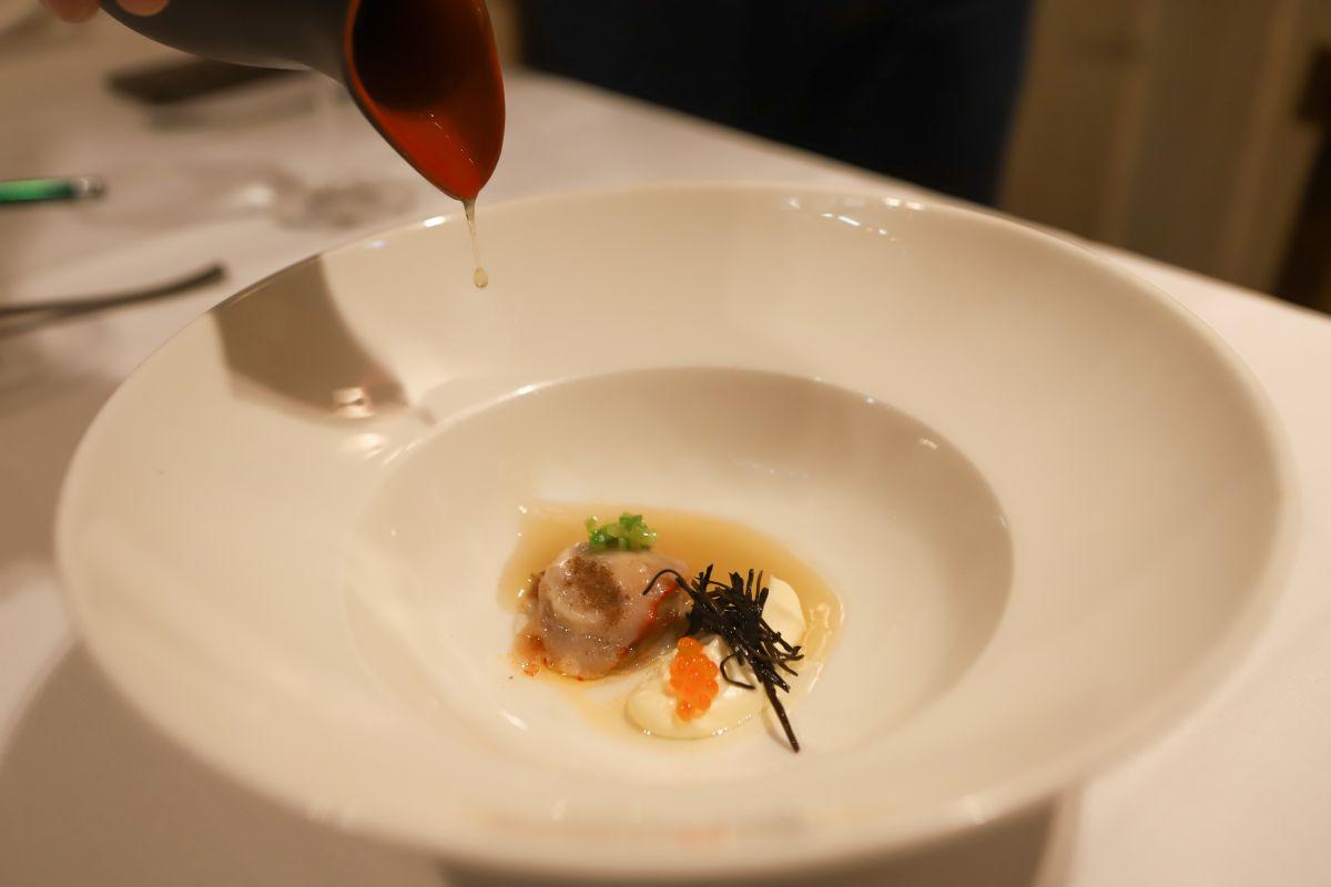 El plato de ostra atemperada, que se acompaña de alga arame y huevas de trucha.